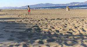 Enfants jouant le football sur la plage Photos libres de droits