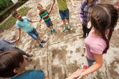 Enfants jouant le jeu dans la colonie de vacances Photographie stock libre de droits