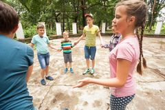 Enfants jouant le jeu dans la colonie de vacances Image libre de droits