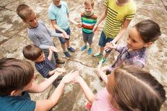 Enfants jouant le jeu dans la colonie de vacances Photographie stock