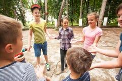 Enfants jouant le jeu dans la colonie de vacances Photos stock