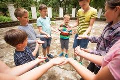 Enfants jouant le jeu dans la colonie de vacances Photo stock