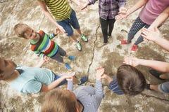 Enfants jouant le jeu dans la colonie de vacances Photo libre de droits