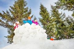 Enfants jouant le jeu de combat de boule de neige Images libres de droits