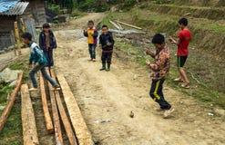 Enfants jouant le jeu de dessus de rotation Images libres de droits