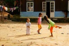 Enfants jouant le jeu de marelle Images libres de droits