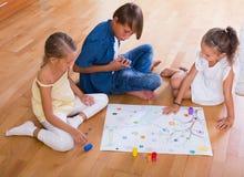 Enfants jouant le jeu de société Photo libre de droits