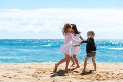 Enfants jouant le jeu sur la plage. Photo libre de droits