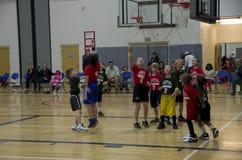 Enfants jouant le match de basket Photo stock