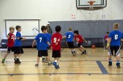 Enfants jouant le match de basket Image stock
