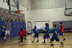 Enfants jouant le match de basket Photographie stock