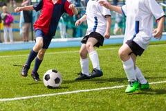 Enfants jouant le match de football du football Photo libre de droits