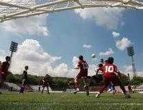 Enfants jouant le match de football du football Image libre de droits