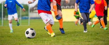 Enfants jouant le match de football du football Le football de sport horizontal Photographie stock