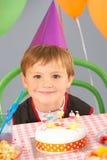 Enfants jouant le passage le colis à la fête d'anniversaire Images stock