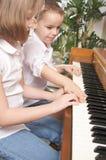 Enfants jouant le piano Photo stock