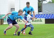 Enfants jouant le rugby Photos stock