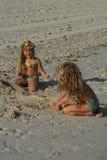 enfants jouant le sable Images libres de droits
