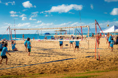 Enfants jouant le volleyball de plage, région de plage de Waikiki Image stock