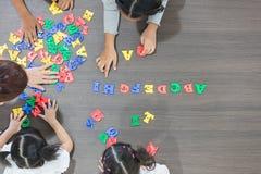 Enfants jouant les jouets colorés photo libre de droits
