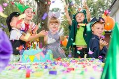 Enfants jouant pendant la fête d'anniversaire Photos libres de droits