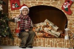 Enfants jouant près de l'arbre de Noël avec des cadeaux Image libre de droits