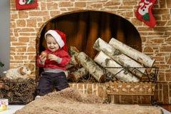 Enfants jouant près de l'arbre de Noël avec des cadeaux Images libres de droits