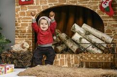 Enfants jouant près de l'arbre de Noël avec des cadeaux Photo stock