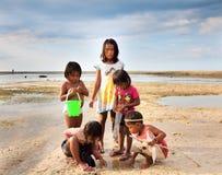 Enfants jouant sur bord de mer Images stock