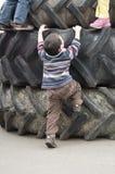 Enfants jouant sur des pneus Photo stock