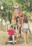 Enfants jouant sur glisser le jouet Images libres de droits
