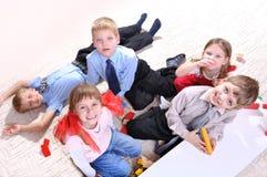 Enfants jouant sur l'étage Photographie stock