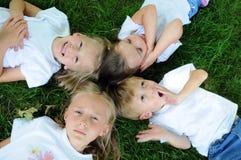 Enfants jouant sur l'herbe Photographie stock