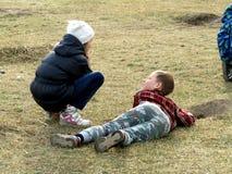 Enfants jouant sur l'herbe photographie stock libre de droits