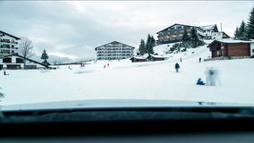 Enfants jouant sur la pente de ski clips vidéos