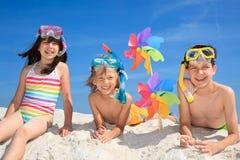 Enfants jouant sur la plage Image stock