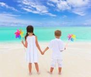Enfants jouant sur la plage Photo stock