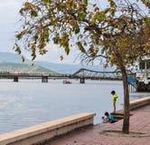 Enfants jouant sur la rive dans Kep, Cambodge Image libre de droits