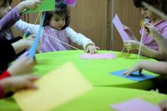 Enfants jouant sur la table Photographie stock