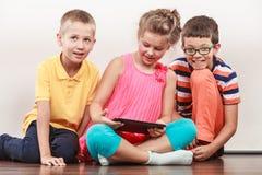 Enfants jouant sur le comprimé images libres de droits