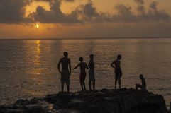 Enfants jouant sur le Malecon chez Sunse image stock