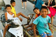 Enfants jouant sur le pilier sur l'île de réseau local de KOH image stock