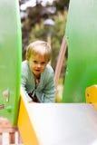 Enfants jouant sur le plancher Photo stock