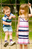 Enfants jouant sur le terrain de jeu Images stock