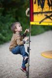 Enfants, jouant sur le terrain de jeu Photo libre de droits