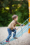 Enfants, jouant sur le terrain de jeu Images libres de droits