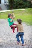 Enfants, jouant sur le terrain de jeu Photo stock