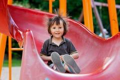 Enfants, jouant sur le terrain de jeu, ayant l'amusement Photos stock