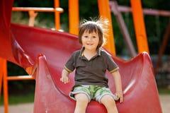 Enfants, jouant sur le terrain de jeu, ayant l'amusement Photographie stock libre de droits