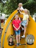 Enfants jouant sur le terrain de jeu urbain Images libres de droits